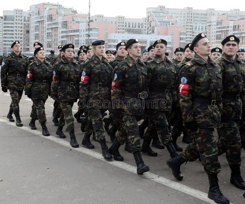 Los alumnos del ` militar-patriótico de las reservas de trabajo del ` s de Moscú del ` del club se están preparando para el desfi foto de archivo libre de regalías