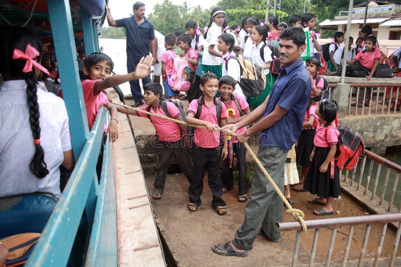 Los alumnos entran a un barco público imagen de archivo