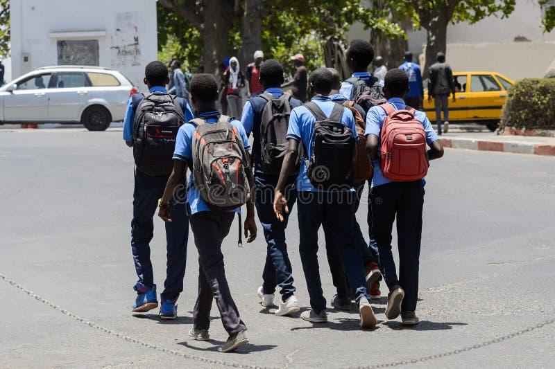 Los alumnos senegaleses no identificados se vuelven de escuela en el CEN imágenes de archivo libres de regalías