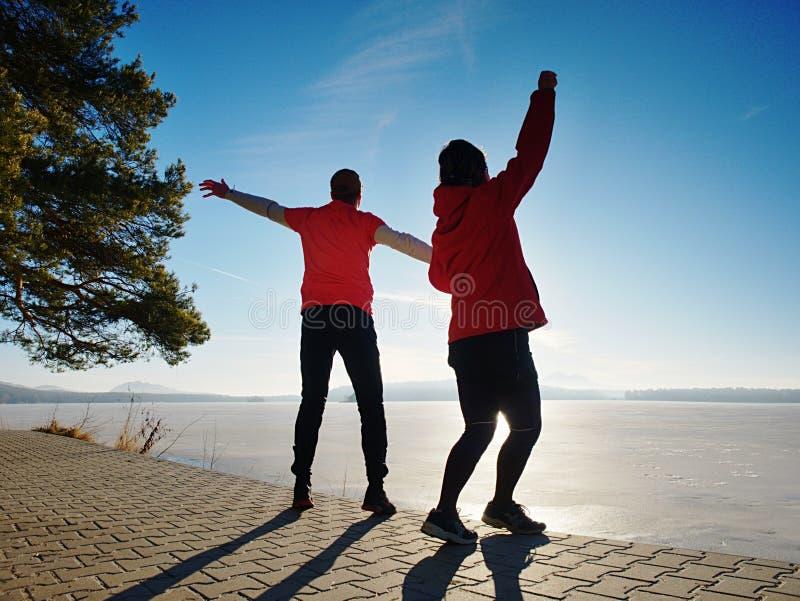Los amantes felices de Fuuny saltan juntos Mujer y hombre de com?n acuerdo foto de archivo libre de regalías
