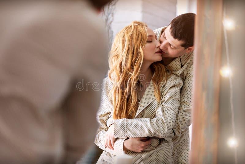 Los amantes se besan por la mañana foto de archivo libre de regalías