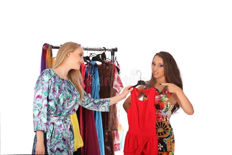 Los amigos dan consejos el uno al otro referentes a la ropa fotografía de archivo