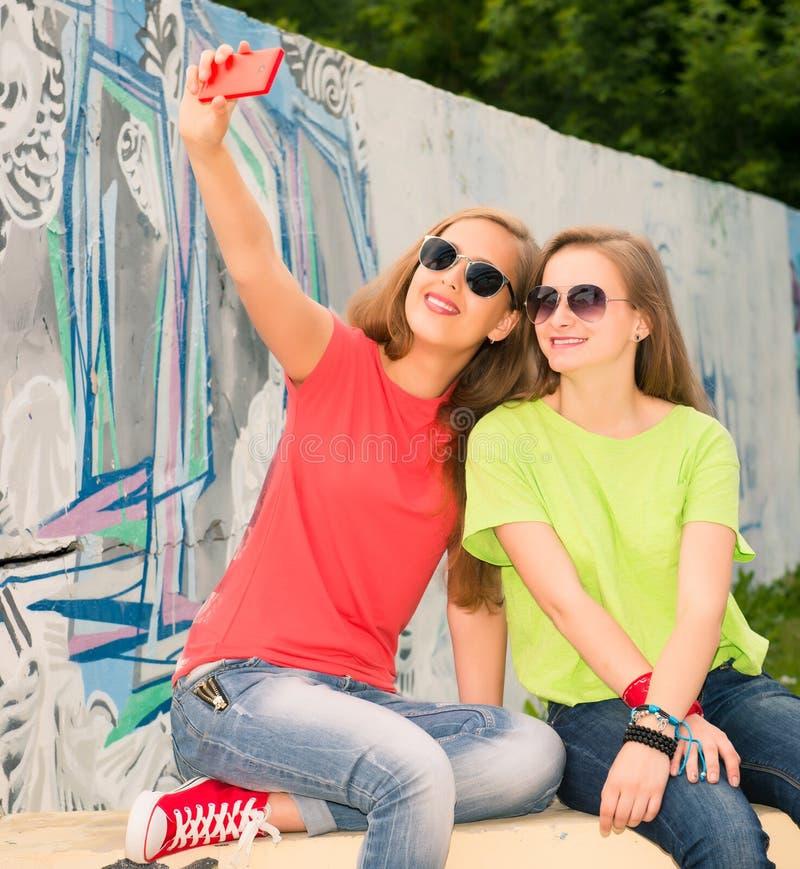Los amigos de adolescentes en inconformista equipan divertirse al aire libre y imagenes de archivo