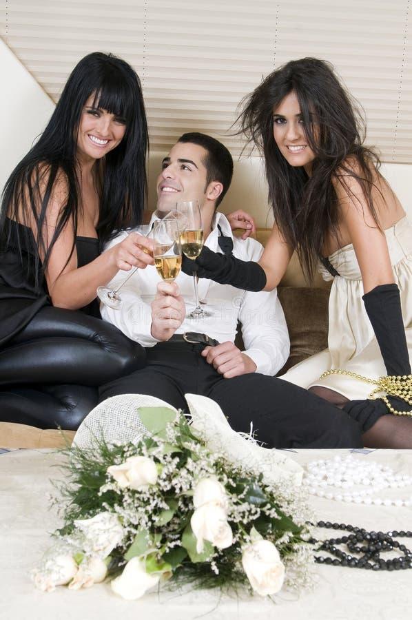 Los amigos de Elegants en un Año Nuevo party fotografía de archivo