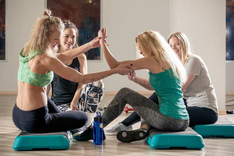 los amigos de las mujeres comunican en el gimnasio foto de archivo libre de regalías