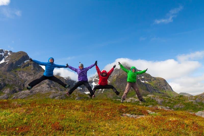 Los amigos deportivos disfrutan de las vacaciones en las montañas de Noruega imagenes de archivo