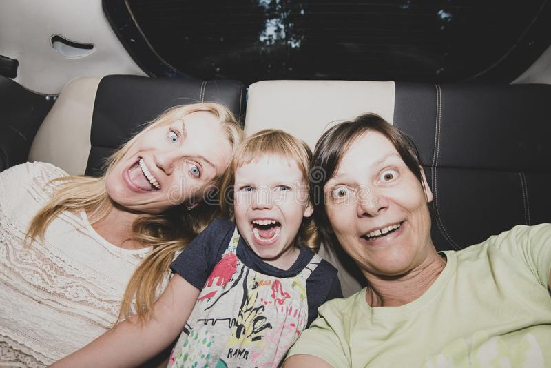Los amigos femeninos alegres van a un partido en un taxi imagen de archivo
