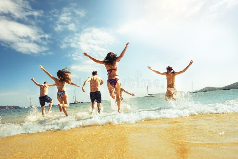 Los amigos grandes del grupo varan vacaciones funcionadas con foto de archivo