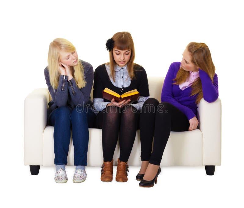 Los amigos leyeron el libro foto de archivo