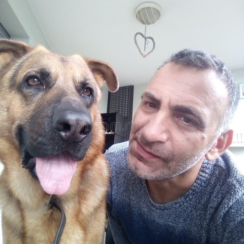 los amigos para siempre, el perro fiel del compañero, siempre por su lado, usted utiliza para hacer el sdalvataggi que busca las  foto de archivo libre de regalías