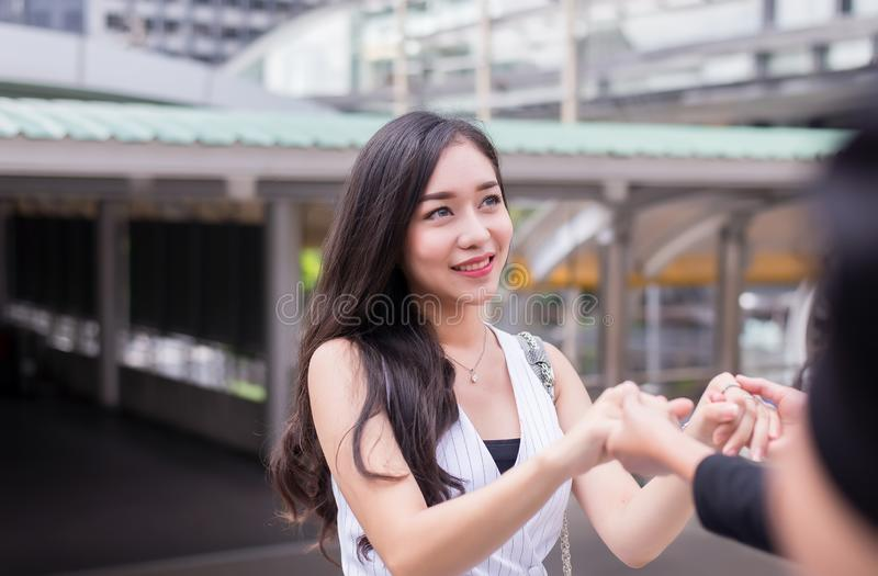 Los amigos que dan la mano a la mujer deprimida, animan, concepto mental de la atención sanitaria foto de archivo libre de regalías