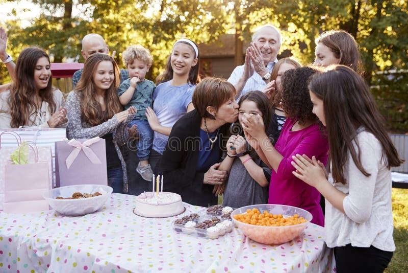 Los amigos y la familia recolectaron en una fiesta de cumpleaños del jardín imágenes de archivo libres de regalías