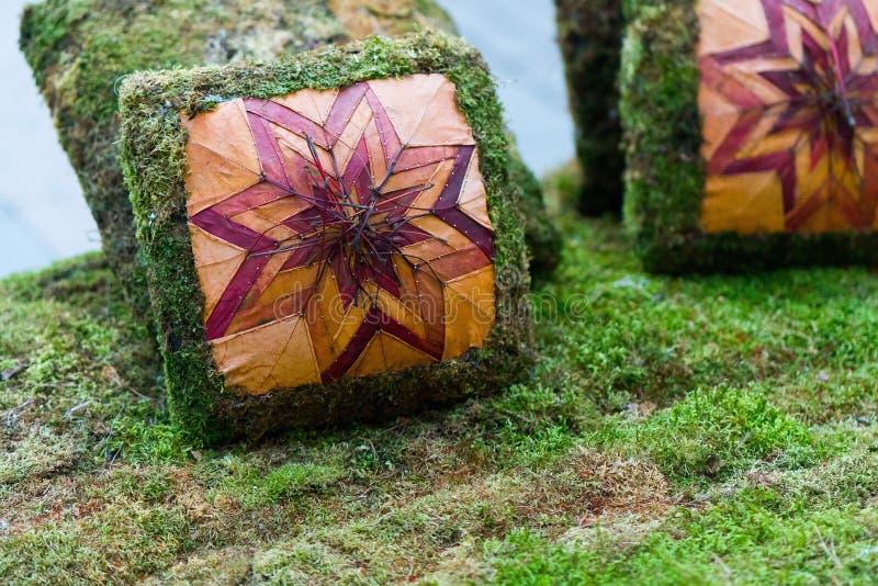 Los amortiguadores del sofá se hacen de hierba artificial verde almohada hecha de hierba fotos de archivo