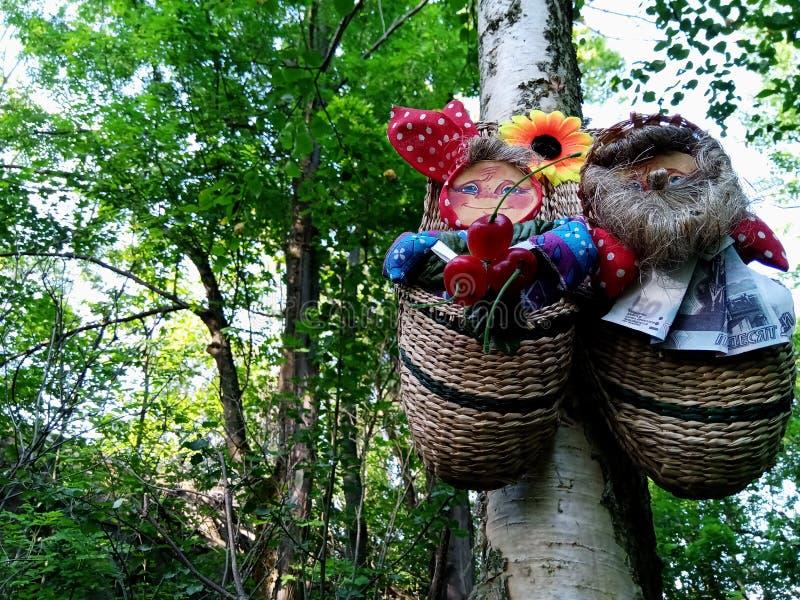 Los amuletos eslavos de los zapatos de la estopa cuelgan en un árbol en el bosque fotografía de archivo libre de regalías