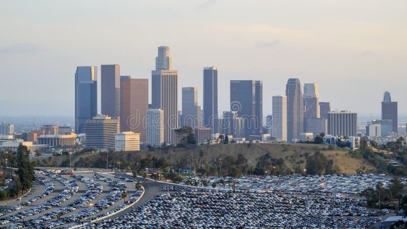 Los Angeles śródmieście z wiele samochodami below zdjęcie stock