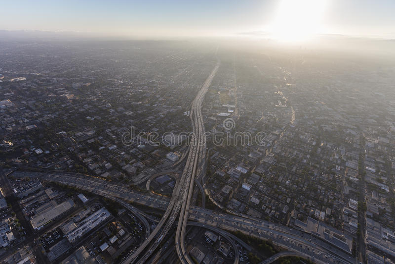 Los Angeles-Autobahn und Sommer-Smog-Antenne lizenzfreie stockbilder