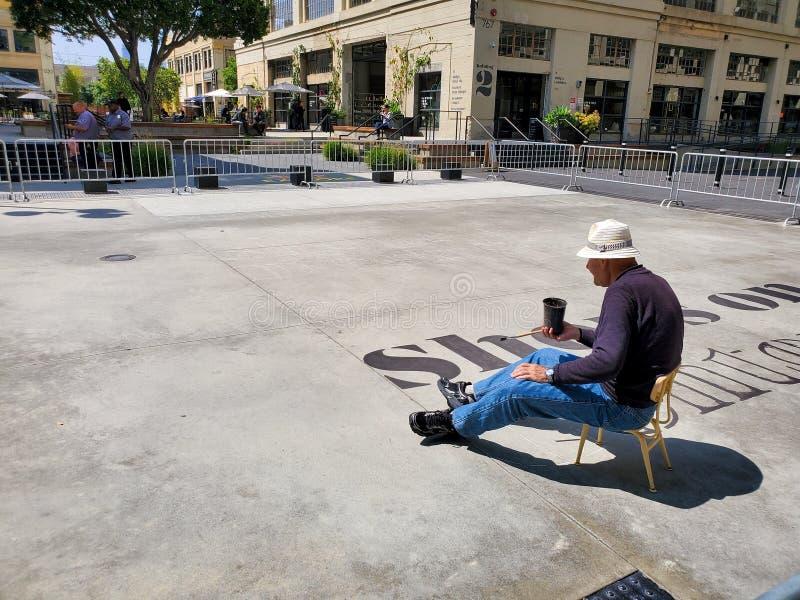 Los Angeles, CA/Estados Unidos - 14 de maio de 2019: Melhorias de pintura do homem na FILEIRA DTLA, um desenvolvimento comercial  foto de stock