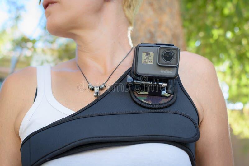 LOS ANGELES CA - November 4: Kvinna som bär en GoPro HERO5 svart på en bröstkorgsele November 4, 2016 arkivfoton