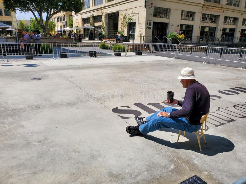 Los Angeles, CA/Stati Uniti - 14 maggio 2019: Miglioramenti della pittura dell'uomo alla FILA DTLA, uno sviluppo commerciale cres fotografia stock
