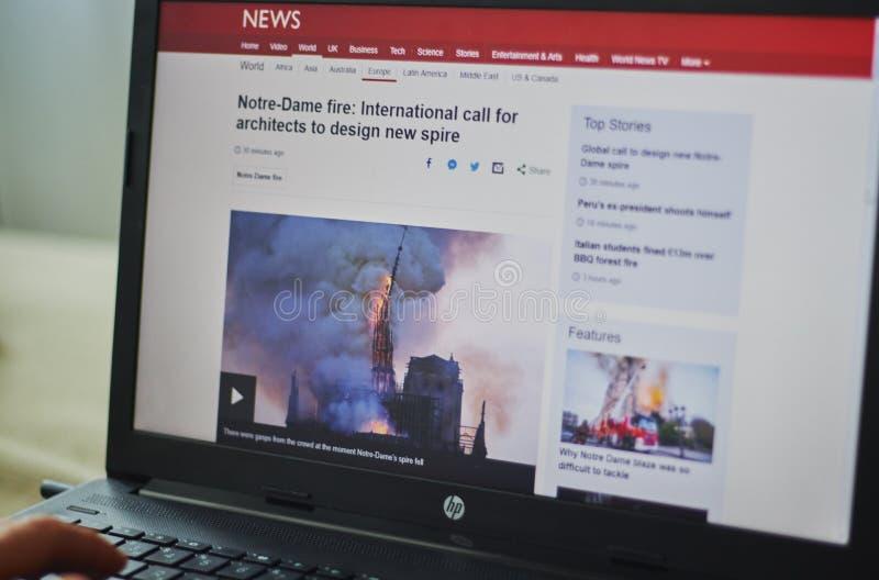 Los Angeles, Califórnia, EUA - 19 de abril de 2019 notícia do local em um fogo do fogo do portátil em Notre Dame fotos de stock