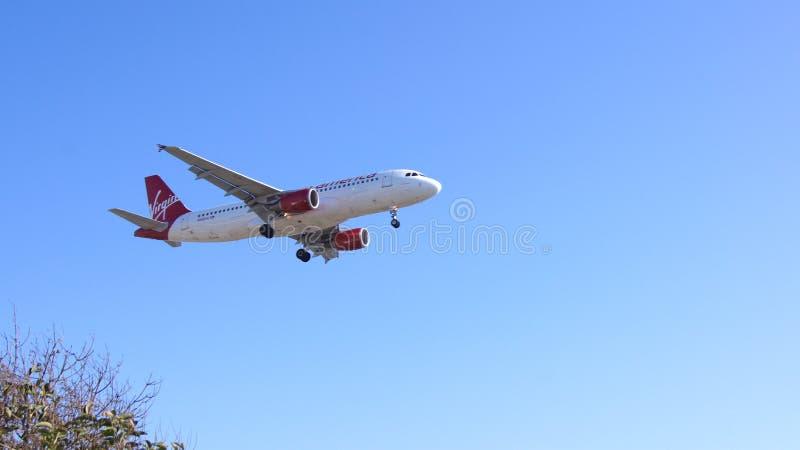 LOS ANGELES, CALIFÓRNIA, EUA - 9 de outubro de 2014: Virgin America Airbus A320 mostrado pouco antes a aterrissagem no aeroporto  foto de stock royalty free