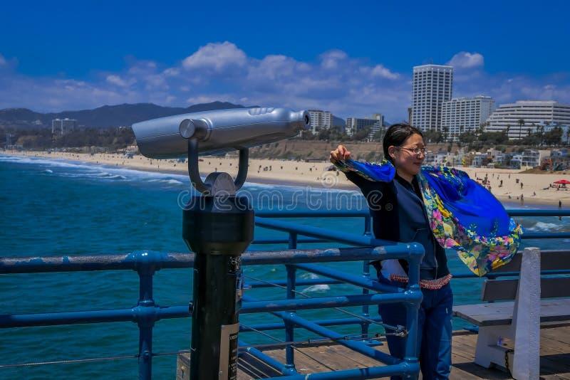 Los Angeles, Califórnia, EUA, JUNHO, 15, 2018: Binocular ótico a fichas próximo fêmea alegre, apreciando sightseeing imagens de stock