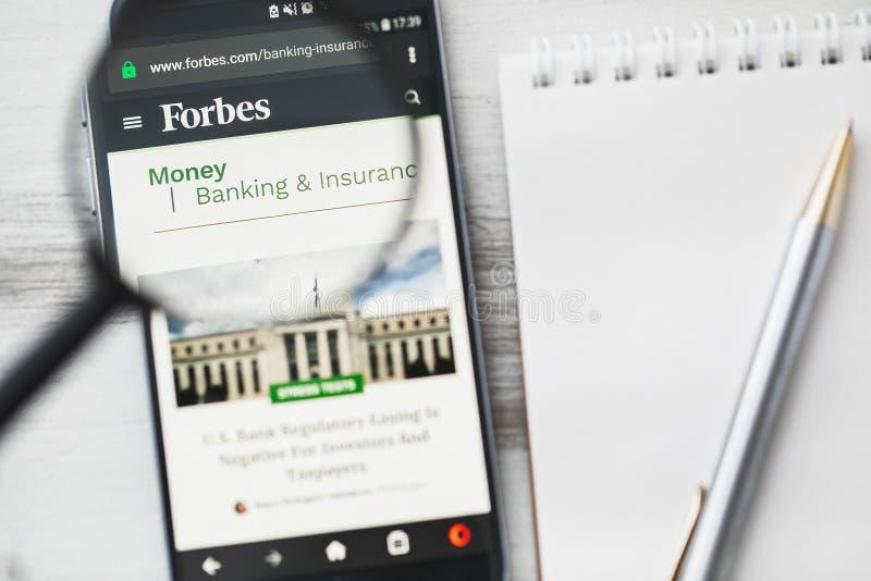 Los Angeles, Californië, de V.S. - 3 April 2019: Forbes, de Amerikaanse homepage van de bedrijfstijdschrift officiële website ond stock afbeeldingen