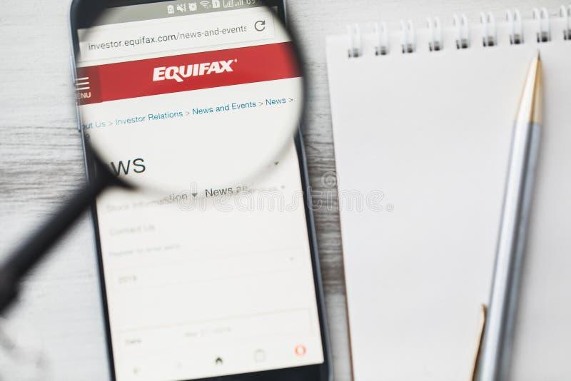 Los Angeles, Californië, de V.S. - 3 April 2019: Homepage van de Equifax de officiële website onder vergrootglas Het Kredietrisic stock afbeeldingen