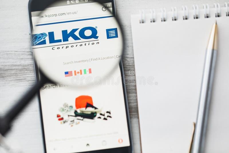 Los Angeles, Californië, de V.S. - 3 April 2019: LKQ-homepage van de Bedrijfs de officiële website onder vergrootglas Concept LKQ royalty-vrije stock foto's