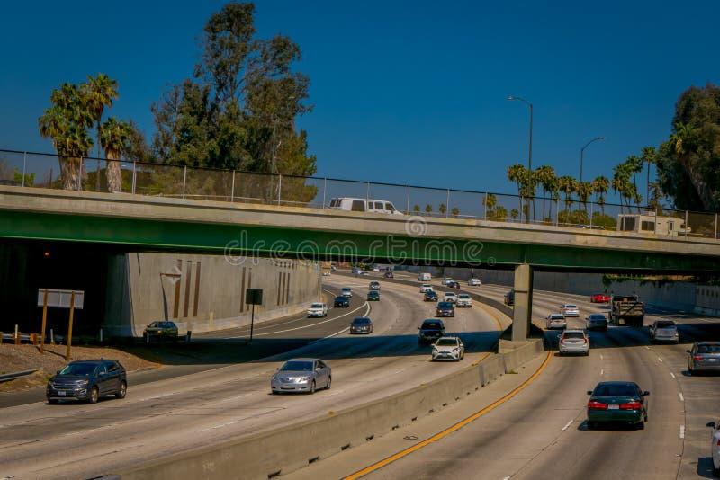 Los Angeles, Californië, de V.S., 20 AUGUSTUS, 2018: Openluchtmening van de uitwisseling van de snelweghellingen van Los Angeles  royalty-vrije stock afbeeldingen