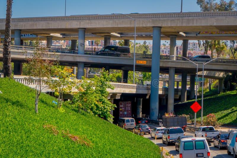 Los Angeles, Californië, de V.S., 20 AUGUSTUS, 2018: Openluchtmening van de uitwisseling van de snelweghellingen van Los Angeles  royalty-vrije stock afbeelding