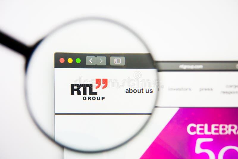Los Angeles, Californië, de V.S. - 28 Februari 2019: RTL-de homepage van de Groepswebsite RTL-Groepsembleem zichtbaar op het vert stock afbeeldingen
