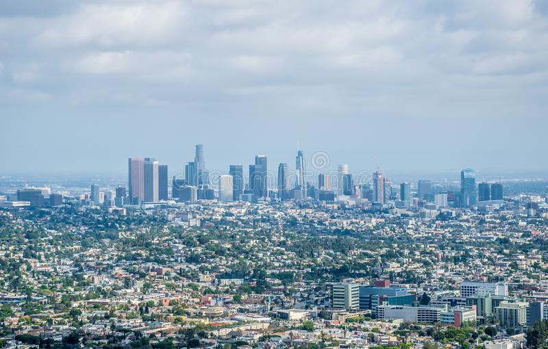 Los Angeles, Californië/de V.S. - 03 Juli 2017: De stad in van Los Angeles, luchtmening De wolkenkrabbers van Los Angeles Griffit stock fotografie