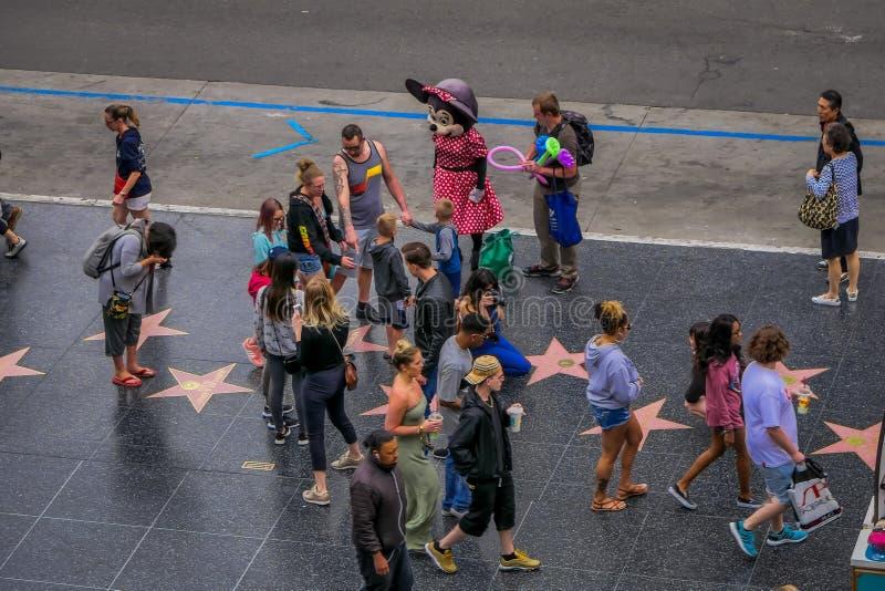 Los Angeles, Californië, de V.S., 15 JUNI, 2018: Boven mening van niet geïdentificeerde toeristen in gang van bekendheid in Los A stock foto