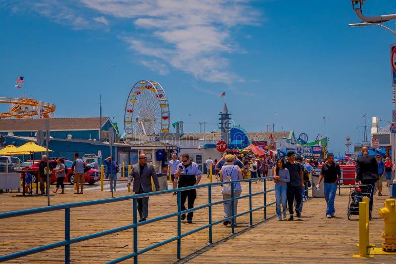 Los Angeles, Californië, de V.S., 15 JUNI, 2018: Openluchtmening van mensen die bij de pijler van Santa Monica Pier, bij lopen royalty-vrije stock foto