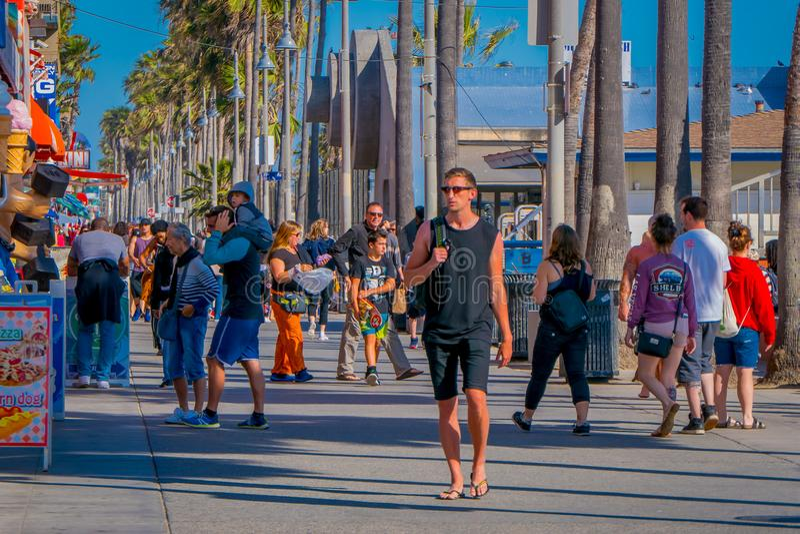 Los Angeles, Californië, de V.S., 15 JUNI, 2018: Openluchtmening van niet geïdentificeerde mensengang langs de het Strandpromenad royalty-vrije stock foto