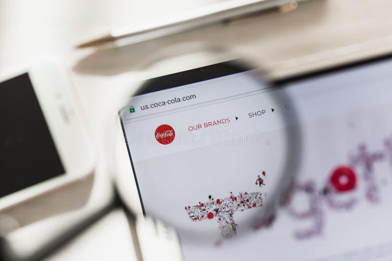 Los Angeles, Californië, de V.S. - 4 Maart 2019: Coca-Cola-homepage van de Bedrijf de officiële website onder vergrootglas Concep royalty-vrije stock afbeeldingen