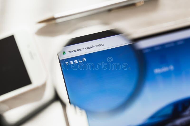 Los Angeles, Californië, de V.S. - 4 Maart 2019: Homepage van de Tesla de officiële website onder vergrootglas Het embleem van co stock afbeeldingen