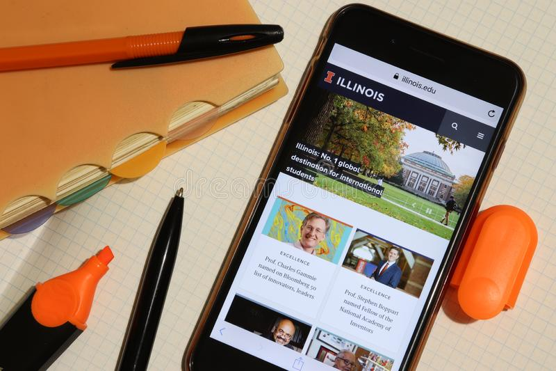 Los Angeles, Californië, VS - 7 december 2019: Het scherm van de telefoon met Universiteit van Illinois bij Urbana-Champaign webs stock afbeeldingen