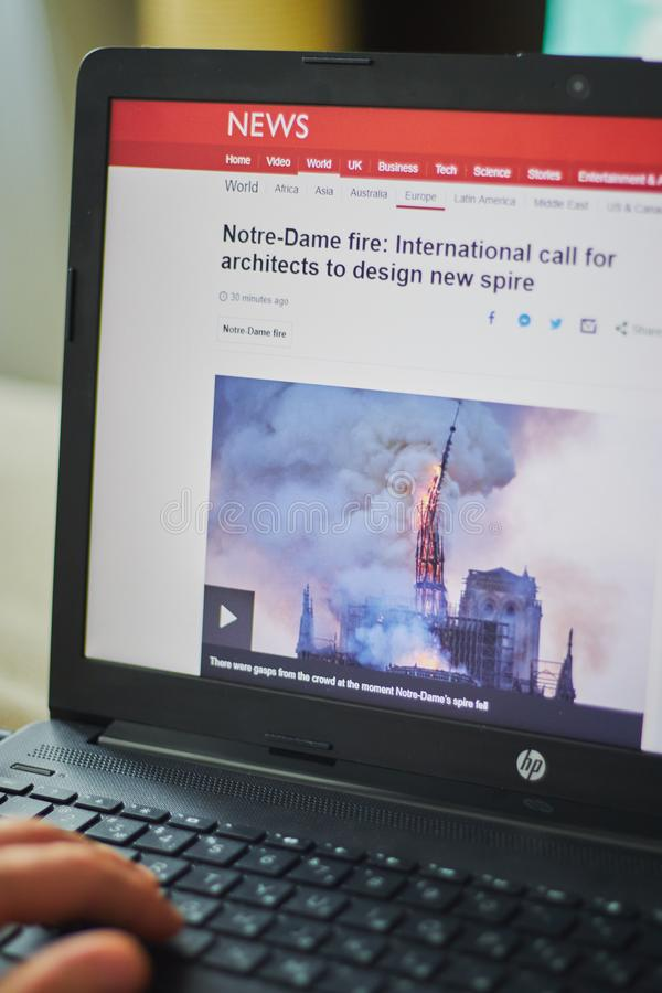 Los Angeles, Californi?, de V.S. - 19 April, 2019 plaatsnieuws op een laptop brandbrand in Notre Dame stock fotografie