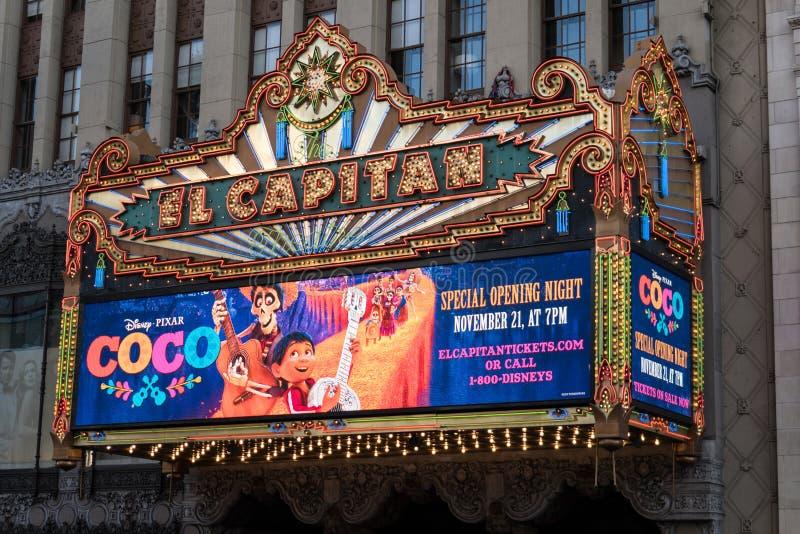 LOS ANGELES CALIFORNIA: El teatro famoso del EL Capitan en Hollywood Boulevard, en Los Angeles La muestra está haciendo publicida foto de archivo