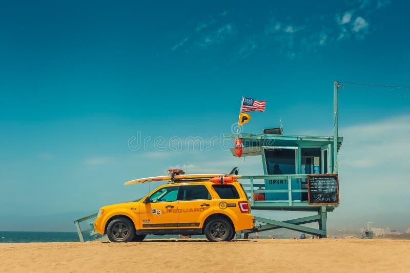 Los Angeles/California/USA - 07 22 2013 : Tour de maître nageur sur la plage avec la voiture jaune à côté de elle image stock