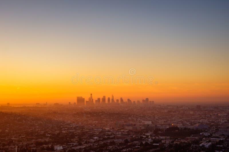 Los Angeles cityscape som beskådas från den Griffith observatoriet på soluppgång arkivfoto