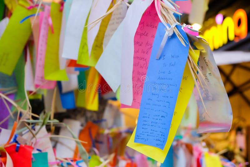 Los Angeles, de V.S. - 8 Augustus, 2016: De wens schrijft op klein kleurendocument in het Wensen van boom in Weinig Tokyo, beroem royalty-vrije stock afbeelding