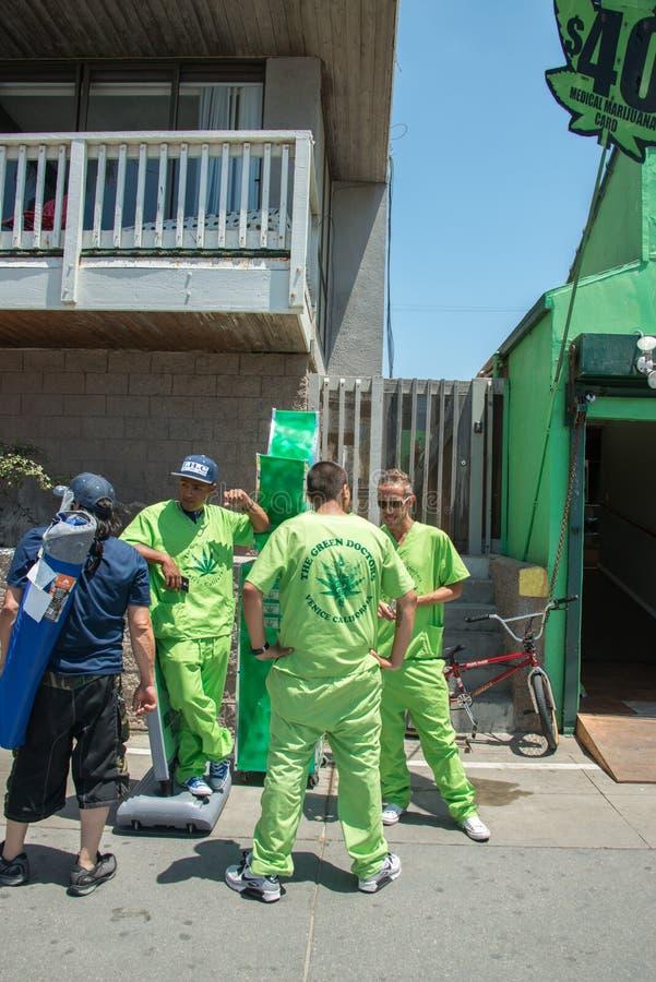 LOS ANGELES, de V.S. - 5 AUGUSTUS, 2014 - groene artsen medische marjuana in het strand van Venetië stock afbeeldingen