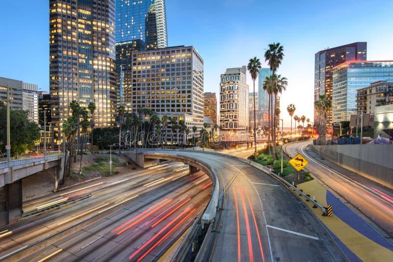Los Angeles do centro no por do sol com as fugas do sinal do carro fotos de stock royalty free