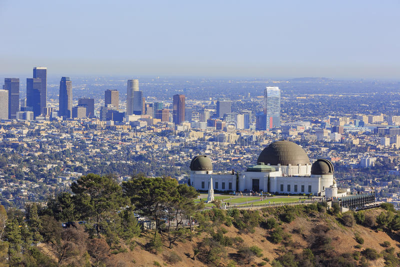 Los Angeles eftermiddagcityscape med Griffith Observatory fotografering för bildbyråer