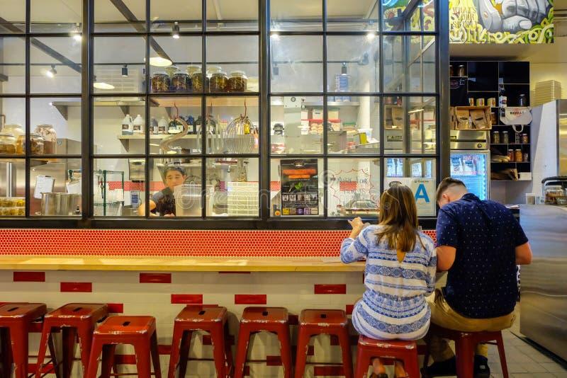 Los Angeles, Etats-Unis - 8 août 2016 : Couplez avoir le repas à la décoration fraîche Knead et de la barre de pâtes de Co et le  photos libres de droits