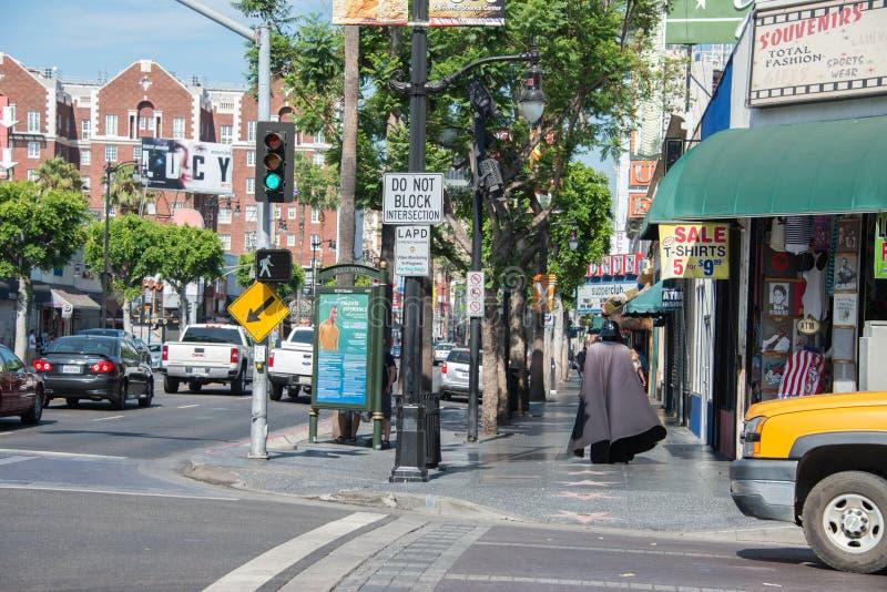 LOS ANGELES, EUA - 1º de agosto de 2014 - máscara dos povos e do filme na caminhada da fama fotografia de stock royalty free
