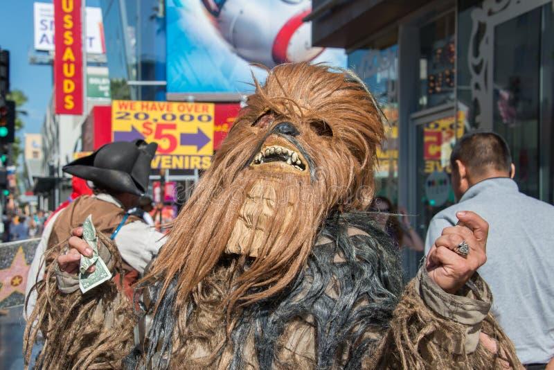 LOS ANGELES, EUA - 1º de agosto de 2014 - máscara dos povos e do filme na caminhada da fama foto de stock